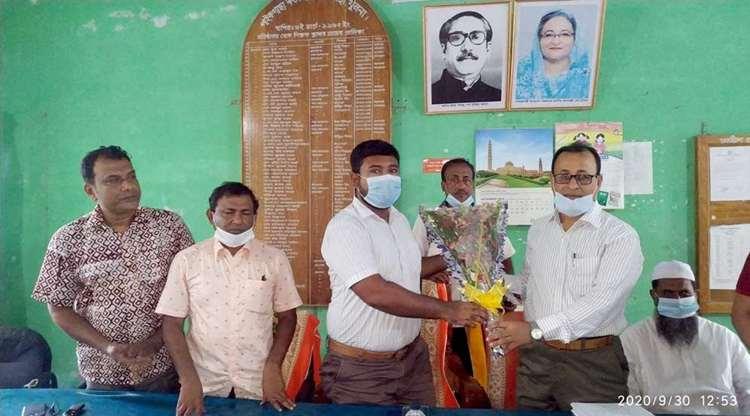পাইকগাছা সরকারি কলেজের শিক্ষকদের সাথে ইউএনও'র পরিদর্শন