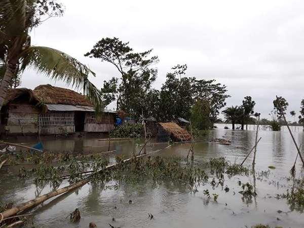 পাইকগাছায় ওয়াপদা ভেঙ্গে এলাকা প্লাবিত : পানি বন্দী ৩৫ হাজার মানুষ
