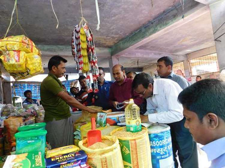 আগৈলঝাড়ায় ভ্রাম্যমাণ আদালতের অভিযানে ৬টি প্রতিষ্ঠানকে জরিমানা