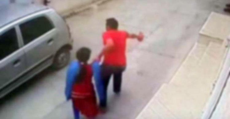 শ্রীপুর উপজেলায় মাইক্রোবাসে উঠিয়ে তিন স্কুলছাত্রীকে অপহরণ