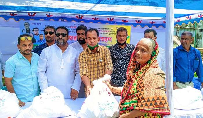 অসহায়দের ঈদ উপহার দিলো কিশোরগঞ্জ জেলা যুবলীগ
