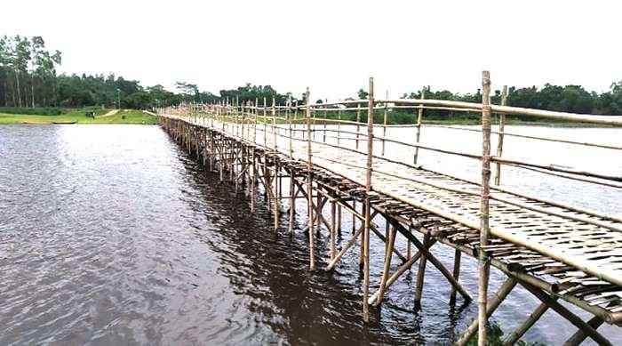 জগন্নাথপুরে আলুখাল নদীতে স্থানীয়দের উদ্যোগে বাঁশের সেতু