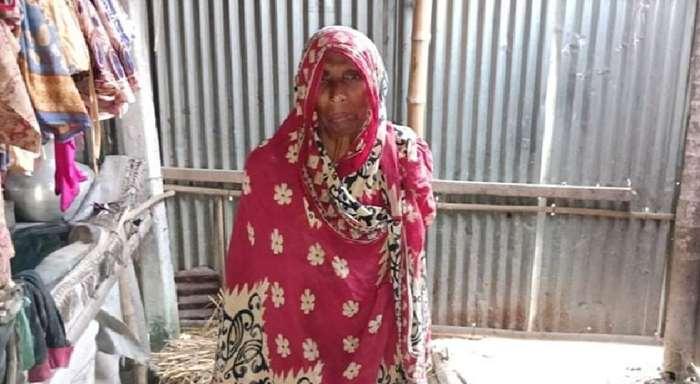 ভিক্ষাবৃত্তির টাকা নিয়ে নেতা চম্পট; বিধবার ঠাঁই গোয়াল ঘরে
