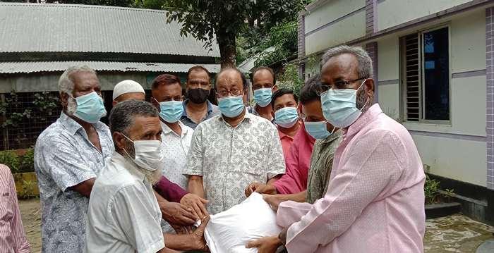 গোয়ালন্দে ত্রাণ বিতরণ করেছে রাজবাড়ী জেলা পরিষদ